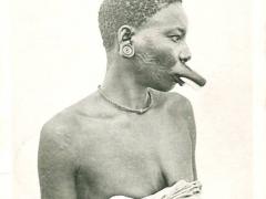Makondefrau mit Oberlippenschmuck