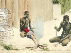 Ovambos beim Waffenmachen
