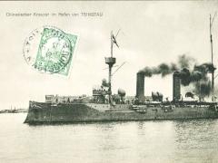 Tsingau chinesischer Kreuzer im Hafen