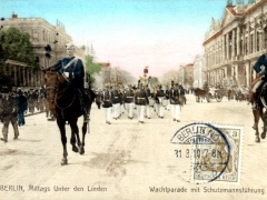 Berlin Mittags Unter den Linden Wachtparade mit Schutzmannsführung