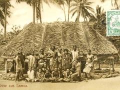 Eingeborene vor Hütte