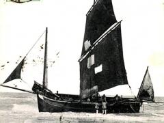 Knocke Bateau de Peche attendant la maree haute