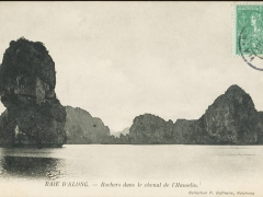 Baie d'Along Rochers dans le chenal de l'Hamelin