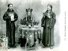 Bonzes-Annamites-faisant-leurs-prieres