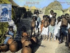Somalia Ragazze che fabbricano vasi di terra
