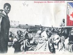 Marocains regardant defiler un Colonne