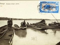 Bangui Quelques pirogues geantes