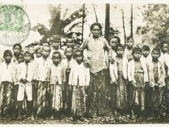 Javaansche Kinderen met geleider