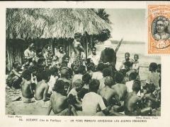 Un Pere mariste Catechise les jeunes Indigenes