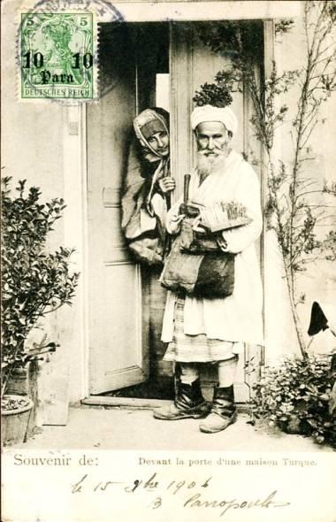 Türkei Devant la porte d'une maison Turque